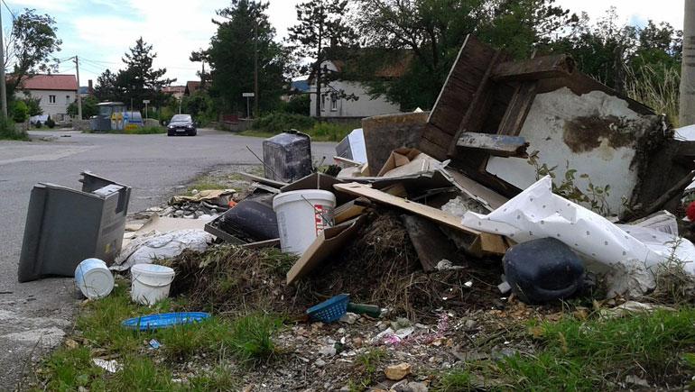 Ilegalni deponij krupnog otpada u Dražicama