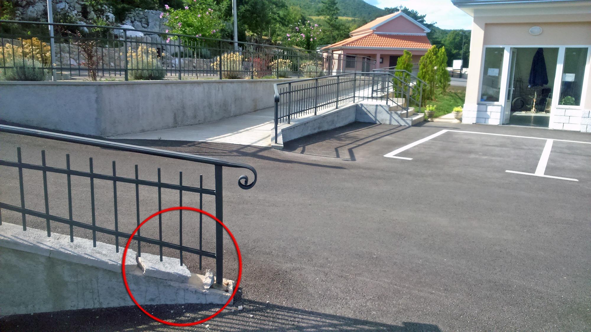 Nestručno izvedeni radovi na ulazu u parkiralište mjesnog groblja Jelenje